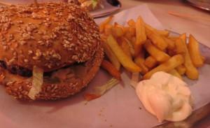 Burger und Pommes auf dem Silbertablett im Schiller Burger