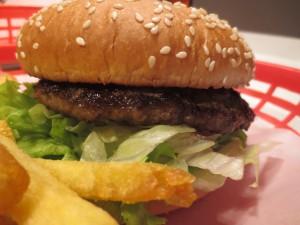 Die Burger werden zusammen mit den Pommes in typisch amerikanischen Plastikschalen