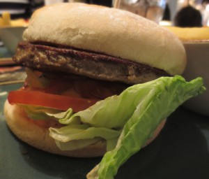 Knackiger Salat, leckere Sauce, leckeres Sauerteigbrötchen -  bisschen langweiliges Fleisch...